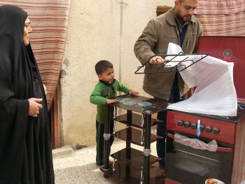 A widow salwa abdul-Mahdi receives gas oven, television table and sum of money through donations from benefactors